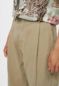 Bershka - MIT WEITEM BEIN UND BUNDFALTEN  - Relaxed fit jeans - beige - 3
