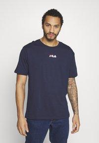 Fila - BENDER - Camiseta estampada - black iris - 0