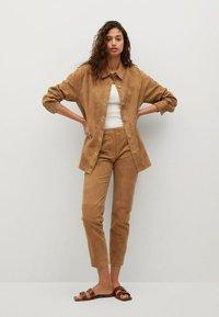 Mango - Leather trousers - mittelbraun - 1