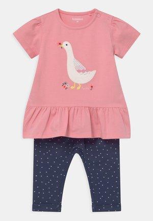 SET - Print T-shirt - light pink/dark blue