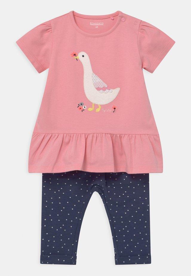 SET - T-shirt con stampa - light pink/dark blue