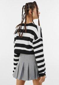 Bershka - MIT KELLERFALTEN - Pleated skirt - light grey - 2