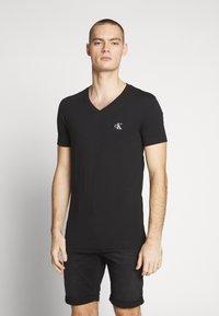 Calvin Klein Jeans - ESSENTIAL V NECK TEE - T-shirt basic - ck black - 0