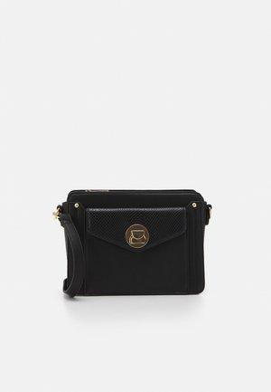 CROSS OVER BAG - Taška spříčným popruhem - black