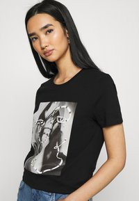 ONLY - ONLKITA LIFE FACE DOT BOX - Camiseta estampada - black - 3