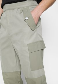 Mennace - HARDWARE TROUSERS - Bojówki - grey - 4