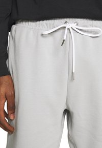 Nike Sportswear - MODERN - Shorts - smoke grey/ice silver/white - 3