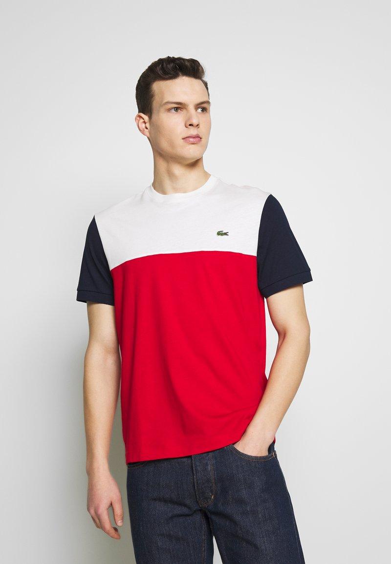 Lacoste - T-shirt imprimé - rouge/farine/marine