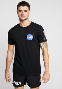 Mister Tee - NASA INSIGNIA LOGO FLAG TEE - Print T-shirt - black - 0