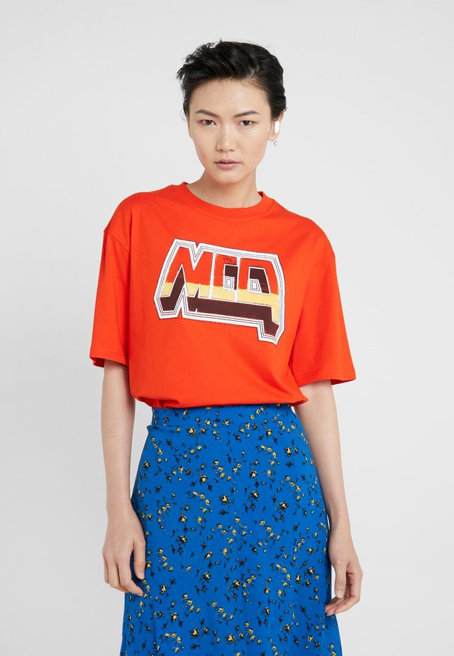 BOYFRIEND TEE - Printtipaita - blazing orange
