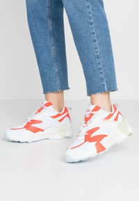 Reebok Classic - AZTREK DOUBLE  - Sneakers laag - vivid orange/glass blue/white - 0