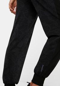 Desigual - CARRY STYLES - Jogginghose - black - 4