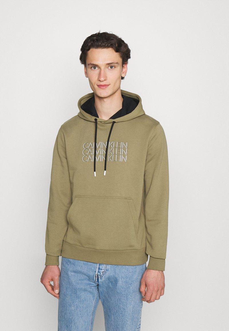 Calvin Klein - TRIPLE CENTER LOGO HOODIE - Sweatshirt - green