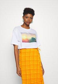 Monki - T-shirts med print - white - 0