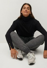 Violeta by Mango - RUNNER-I - Tracksuit bottoms - grau - 3