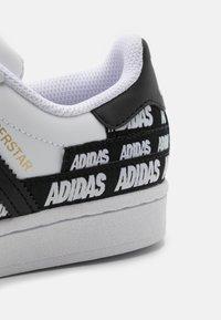 adidas Originals - SUPERSTAR UNISEX - Trainers - footwear white/core black/gold metallic - 5