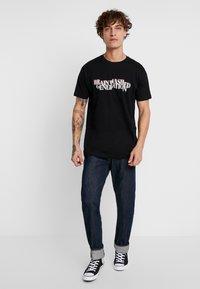 Mister Tee - BRAINWASHED GENERATION TEE - T-shirt med print - black - 1