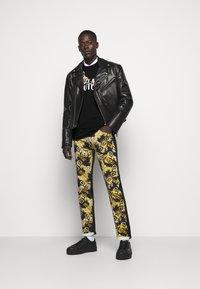 Versace Jeans Couture - LOGO - T-shirt à manches longues - black/white/gold - 1