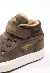 KangaROOS - KAVU - Sneakersy wysokie - dark brown/sand - 5