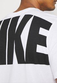 Nike Performance - DRY EXTRA BOLD TEE - Camiseta estampada - white - 6