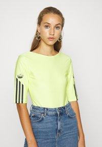 adidas Originals - T-shirt z nadrukiem - semi frozen yellow - 0