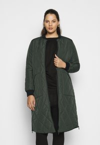 ONLY Carmakoma - CARCARROT LONG QUILTED JACKET - Kåpe / frakk - forest night - 2