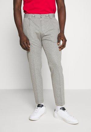 CIJUNO TROUSERS PLEATS - Kalhoty - grey