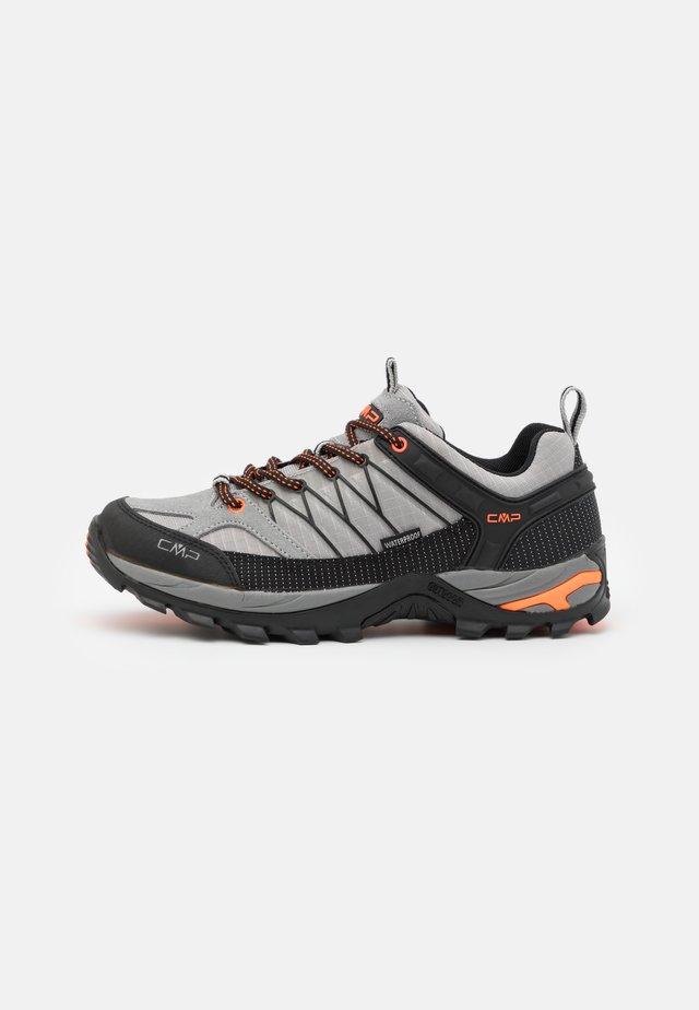 RIGEL LOW TREKKING SHOES WP - Chaussures de marche - cemento/nero