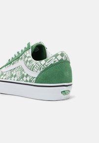 Vans - OLD SKOOL UNISEX - Trainers - green/true white - 6