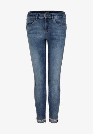 MIT SCHMUCK-DETAIL - Slim fit jeans - blue