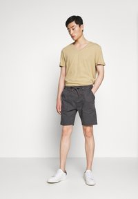 INDICODE JEANS - THISTED - Shorts - dark grey - 1