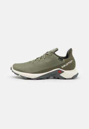 ALPHACROSS 3 GTX - Chaussures de running - deep lichen green/vanilla/quiet shade