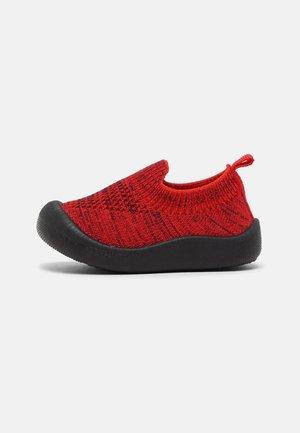 KICK EASY BAREFOOT UNISEX - Domácí obuv - rouge/marine