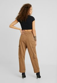 Missguided Petite - PLEAT FRONT TURN UP HEM CARGO TROUSER - Cargo trousers - tan - 3