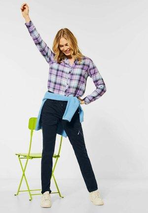 MIT CARGO-TASCHEN - Cargo trousers - blau