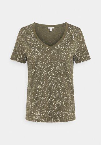 V NECK TEE - Print T-shirt - khaki