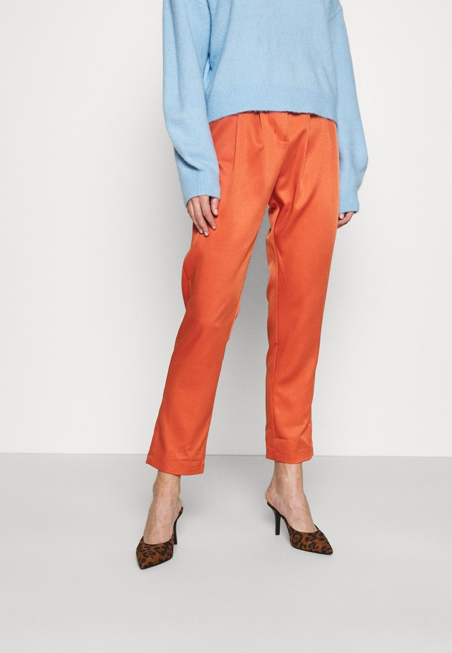 HIGH WAISTED TROUSERS WITH TAPERED LEGS - Spodnie materiałowe - rust