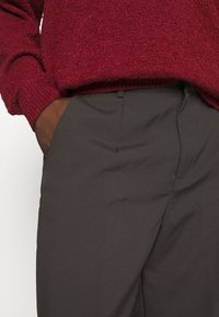 Mennace - HENNESSEY RELAXED SUIT TROUSER - Pantalon classique - dark brown - 5