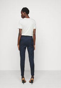 Vero Moda Tall - VMVICTORIA ANTIFIT ANKLE PANTS - Trousers - navy blazer - 2