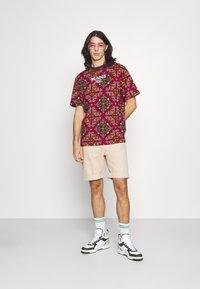 Karl Kani - UNISEX RETRO ORNAMENTAL TEE  - T-shirt print - multicolor - 1