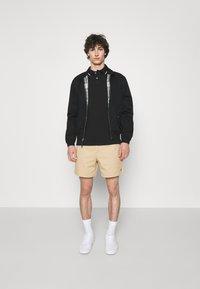 Polo Ralph Lauren - 6-INCH POLO PREPSTER TWILL SHORT - Shortsit - beige - 1