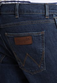 Wrangler - GREENSBORO - Jeans straight leg - darkstone - 5