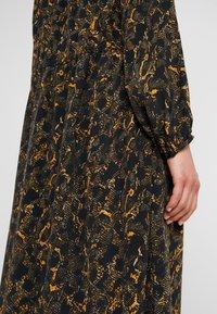 JUST FEMALE - MIE MAXI DRESS - Maxi dress - black/yellow - 4