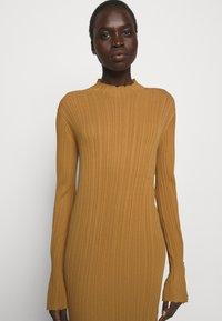 Holzweiler - HADELAND DRESS - Sukienka dzianinowa - light brown - 3