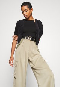 Who What Wear - WIDE LEG CARGO PANT - Trousers - stone - 3