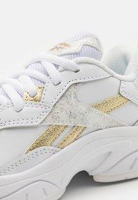 Reebok - XEONA UNISEX - Zapatillas de entrenamiento - white/gold metallic - 5