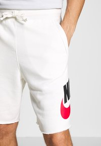 Nike Sportswear - M NSW HE FT ALUMNI - Shorts - sail - 4