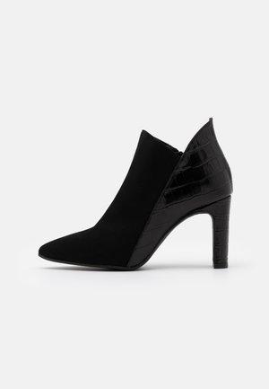 DIANBO - Højhælede støvletter - black