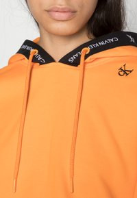 Calvin Klein Jeans - TAPING HOODIE - Sweat à capuche - island orange - 4