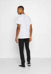 Nike Sportswear - TEE CLUB CAMO - Camiseta estampada - white/grey fog - 2